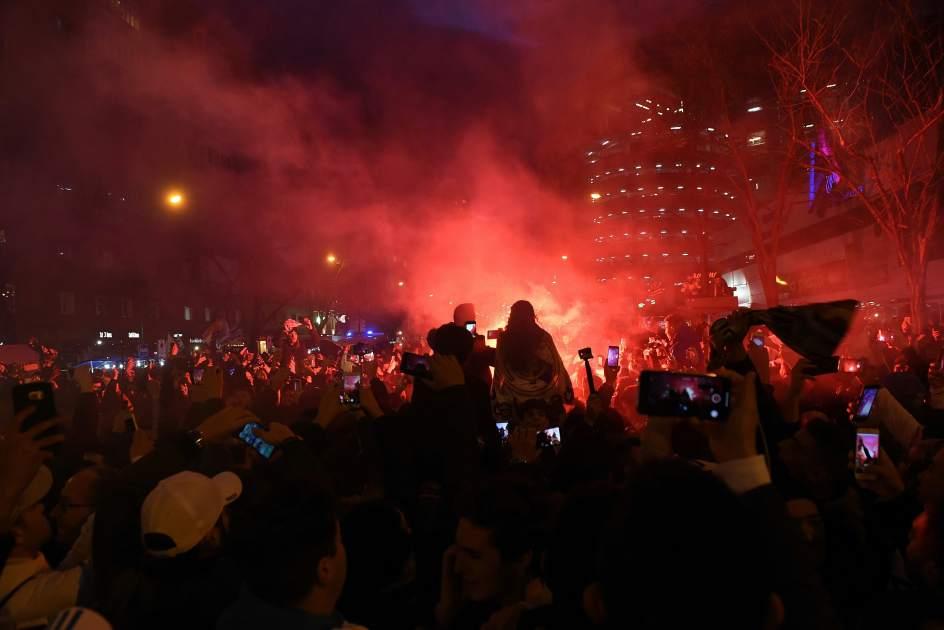 Las inmediaciones del Bernabéu, poco antes del comienzo del partido.. El Bernabéu ha sido un hervidero mucho antes de que comenzara el partido. Miles de personas han recibido al equipo.