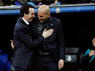 Zidane y Emery se saludan antes del comienzo del partido.