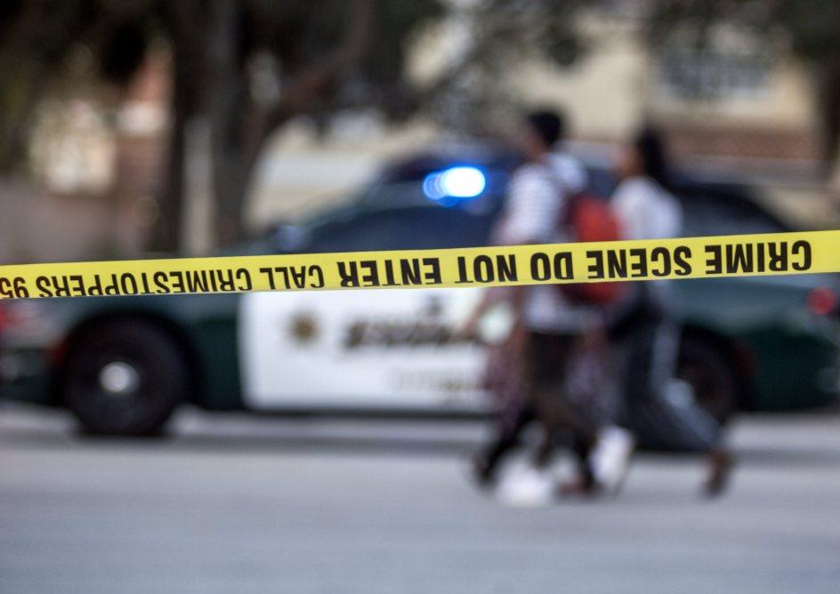 Zona acordonada. Un grupo de personas camina frente a la zona acordonada tras el tiroteo registrado, en la escuela secundaria Marjory Stoneman Douglas de la ciudad de Parkland, en el sureste de Florida (Estados Unidos).