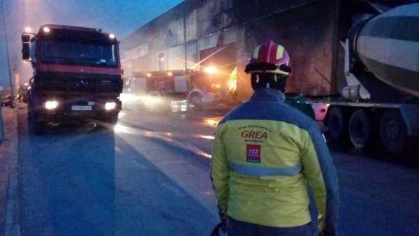 Efectivos del GREA y Bomberos trabajan en fuego del polígono industrial