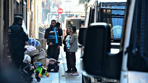 Desalojo de un bloque okupado en el barrio del Raval de Barcelona.