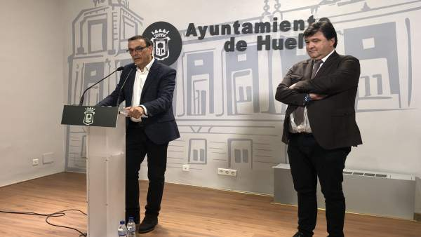 Ignacio Caraballo, ante los medios, con Gabriel Cruz.