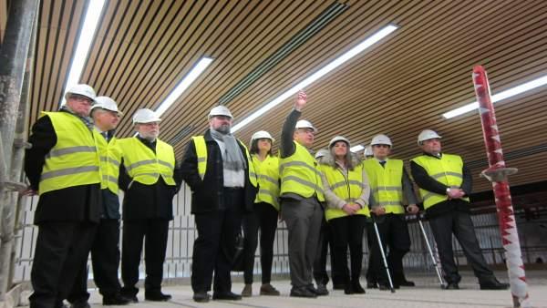 Las autoridades durante la visita a las obras