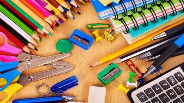 Material escolar, lápices, pinturas, calculadora, tijeras, sacapuntas, cuadernos