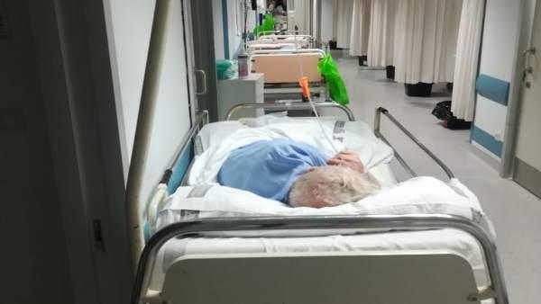 Foto de pacientes en el pasillo en el Hospital Clínico de València