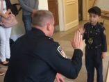 Un niño se hace policía en honor a su tío fallecido