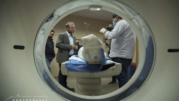 El profesor de la UJA Alejandro Jiménez (i) asiste al TAC de una momia.