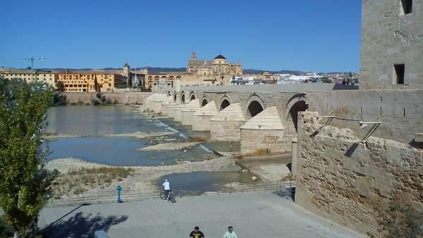 El Puente Romano, Con La Mezquita Al Fondo, En El Casco Histórico De Córdoba