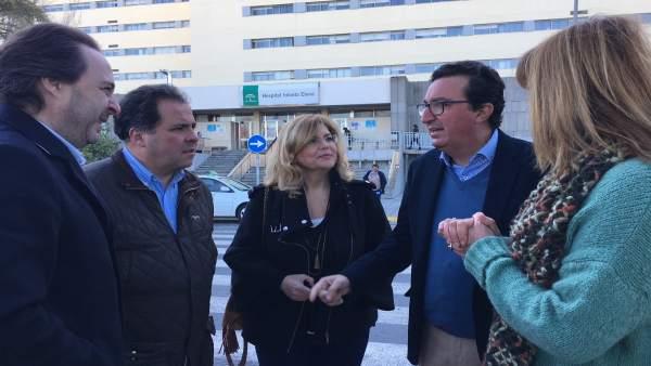 Dirigentes del PP, a las puertas del hospital Infanta Elena.