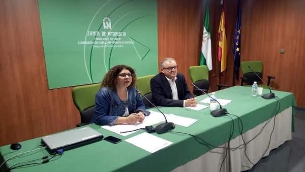 El delegado de Salud en Huelva, Rafael López, y coordinadora de IAM, Eva Salazar
