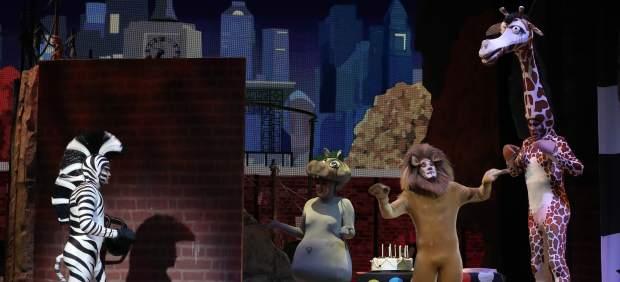 El musical de Madagascar: casi cuatro metros de jirafa para montar un zoo en un teatro de la Gran ...
