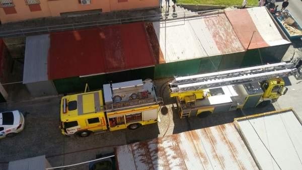 Bomberos en incendio en Algeciras