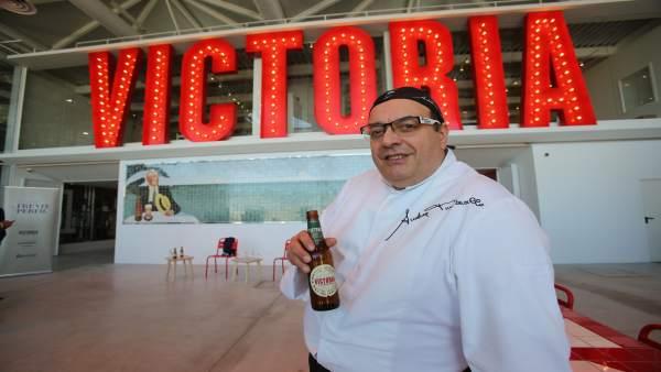 El chef Andrea Tumbarello en la fábrica de Cervezas Victoria