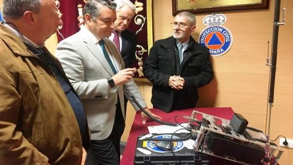 Antonio Sanz entrega diplomas a los radioaficionados de Remer
