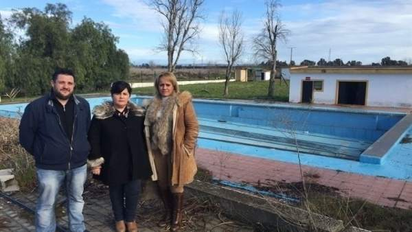 La alcaldesa de Santiponce, a la derecha de la imagen