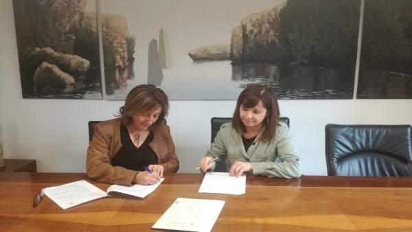 Firma convenio Fanny Tur y Manacor