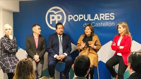 Isabel Bonig junto a otros representantes del PP en Castellón