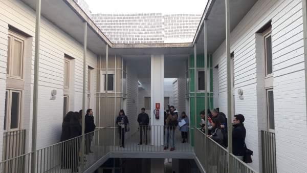 Los adjudicatarios (izda.) ante sus nuevas viviendas