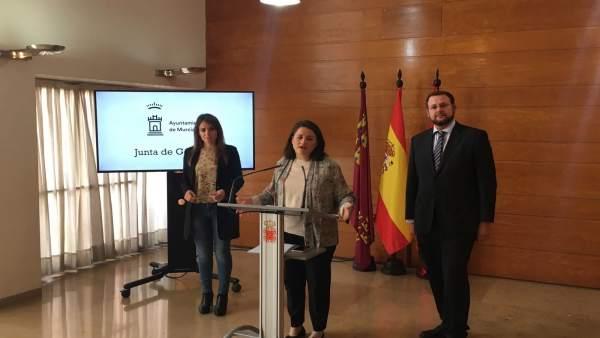 La edil Lola Sánchez junto a Rebeca Pérez y José Guillén