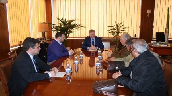 Primo Jurado (centro), durante el encuentro mantenido