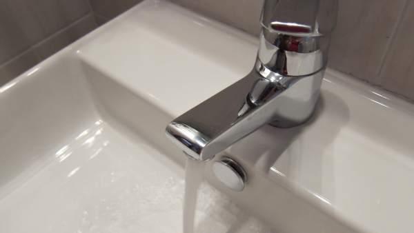 Un grifo de agua abierto.