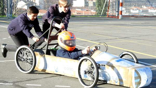 Carrera de coches eléctricos construidos por niños