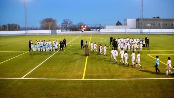 Equipos de fútbol en la inauguración del campo de césped artificial
