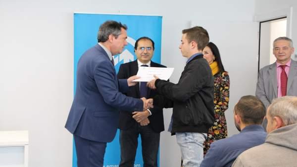 El alcalde de Sevilla junto a alumnos del programa de Emasesa