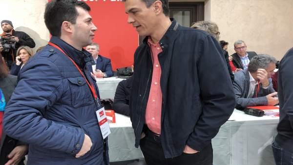 Gonzalo Caballero junto a Pedro Sánchez en el Comité Federal