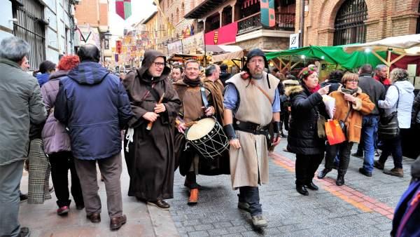 Las calles de Teruel se llenan de visitantes vestidos de medievales.