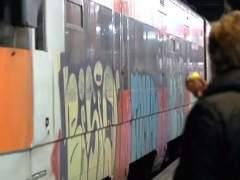 """Detenidos cuatro grafiteros que arrojaron disolvente al grito de """"atentado"""" en un tren de Cercanías"""