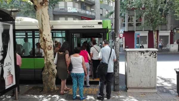 Usuarios montan en un autobús urbano en Córdoba