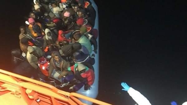 Patera rescatada de madrugada en aguas de Motril (Granada)