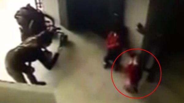 Una niña de dos años cae por el hueco de una escalera