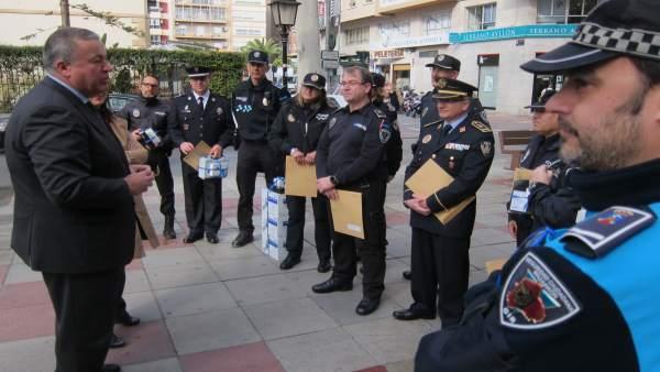 Francisco Bernabé, posa en el acto con policías locales