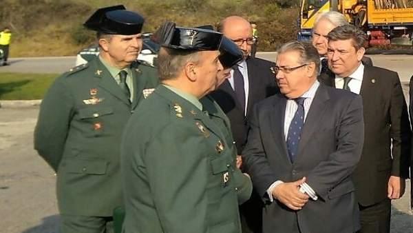 Zoido con la mandos de la Guardia Civil en La Línea