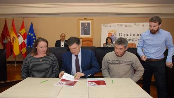 Vázquez (C) firma los acuerdos para el programa Crecemos