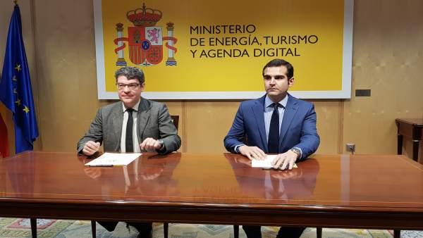 Nadal firma con el alcalde de Almería un convenio para implantar el SIT