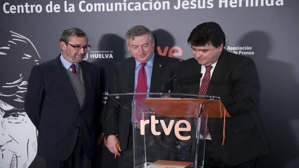 Firma del convenio para el Centro de Comunicación Jesús Hermida.