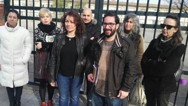 Sonia Moreno y David Moscoso (centro) con miembros de las AMPAs