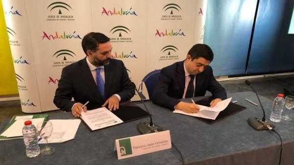 Fernández y Reyes firman el convenio del Plan de Acción 2018.