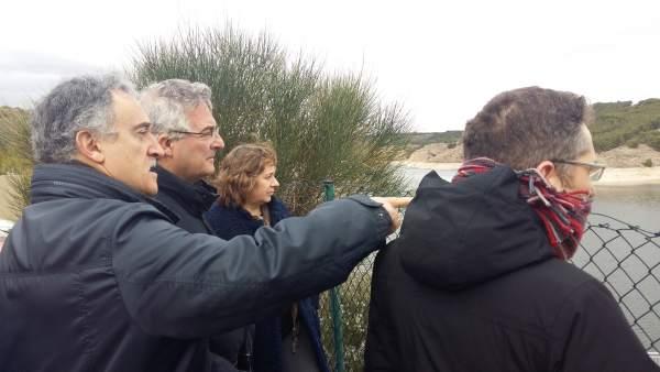 Los consejeros de Desarrollo Rural de Aragón y Navarra en el embalse del Val