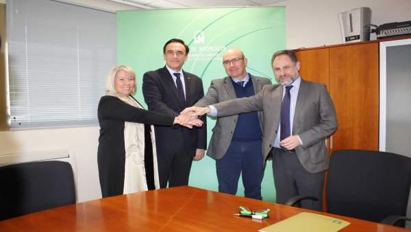 Autoridades en la firma del acuerdo