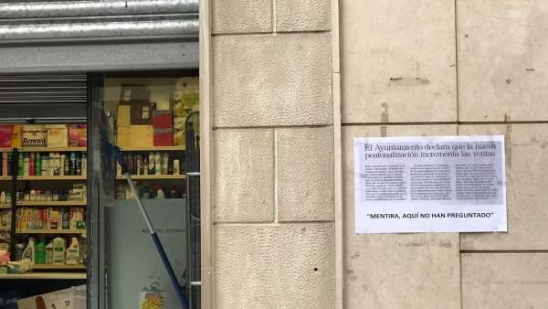Cartel instalado en la fachada de un establecimiento del centro de Jaén.