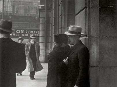 Brassaï. Amantes en el Gare Saint-Lazare (Lovers at the Gare Saint-Lazare), c. 1937