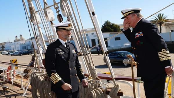El Rey Felipe y El Rey Juan Carlos en la visita al Buque Juan Sebastián Elcano