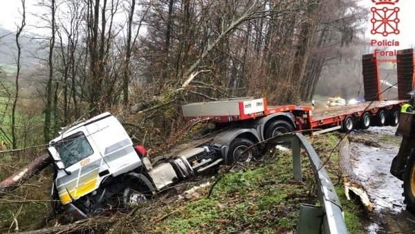 Un vehículo se ha salido de la vía en Amaiur por ramas en la calzada.