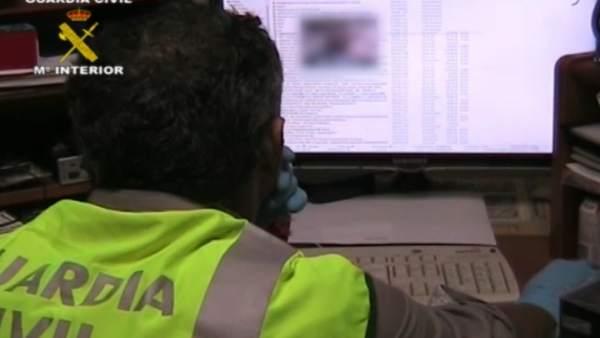 Un agente de la Guardia Civil observa una pantalla de ordenador