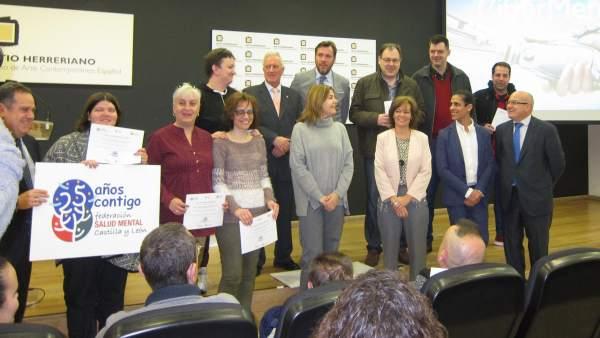 Foto de familia de los alumnos del programa Ciberment con representantes público