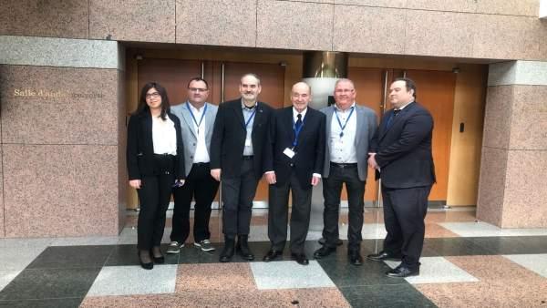 El equipo de Miquel Roca junto a responsables de Fruits de Ponent